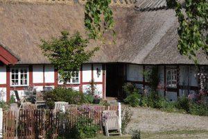 innergården med två separata uteplatser