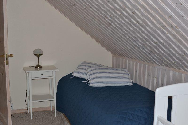 liten säng i sovrum lägenhet 1
