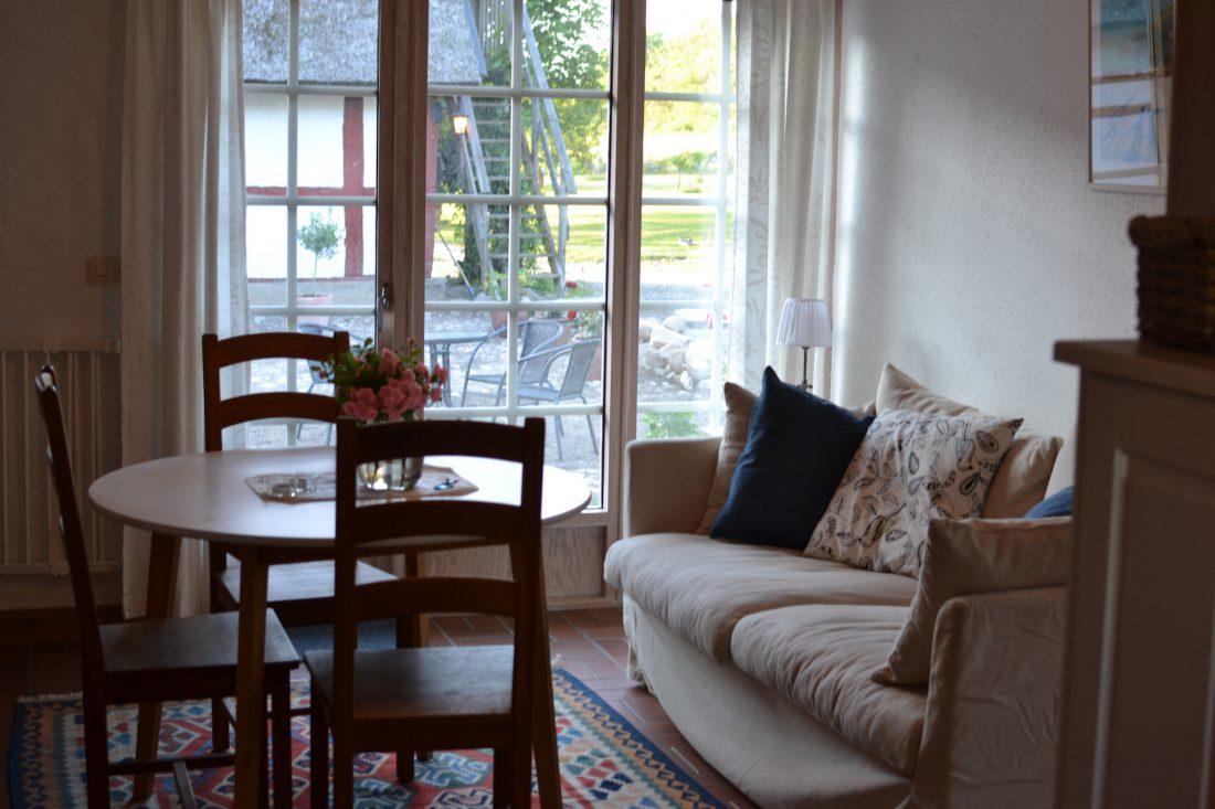 soffa och bord i lägenhet 1