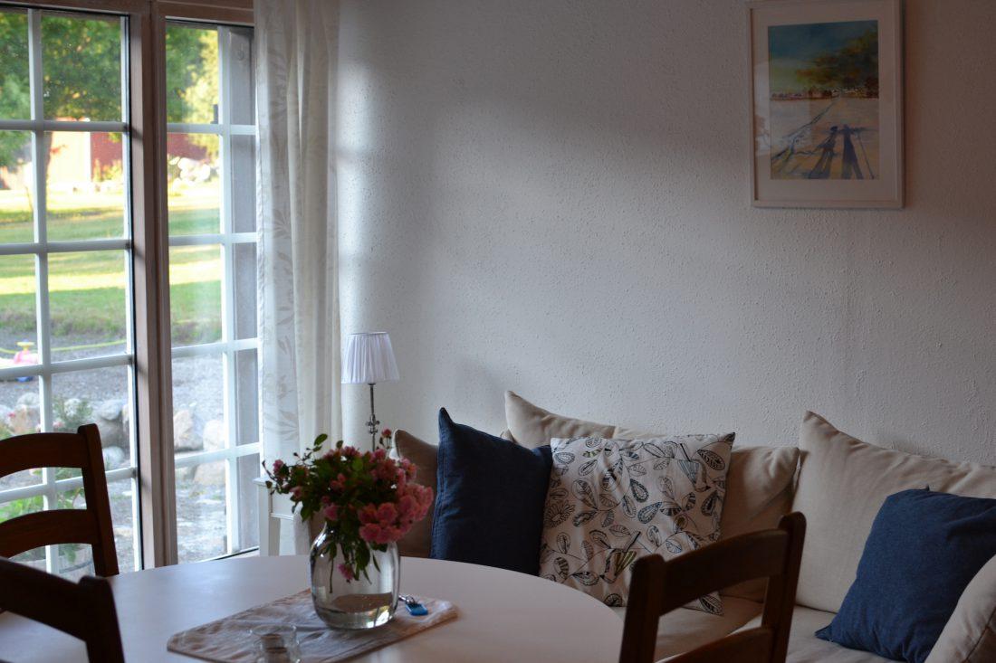 soffa och tavla i lägenhet 1