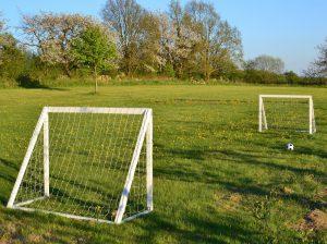 fotbollsmål på ängen